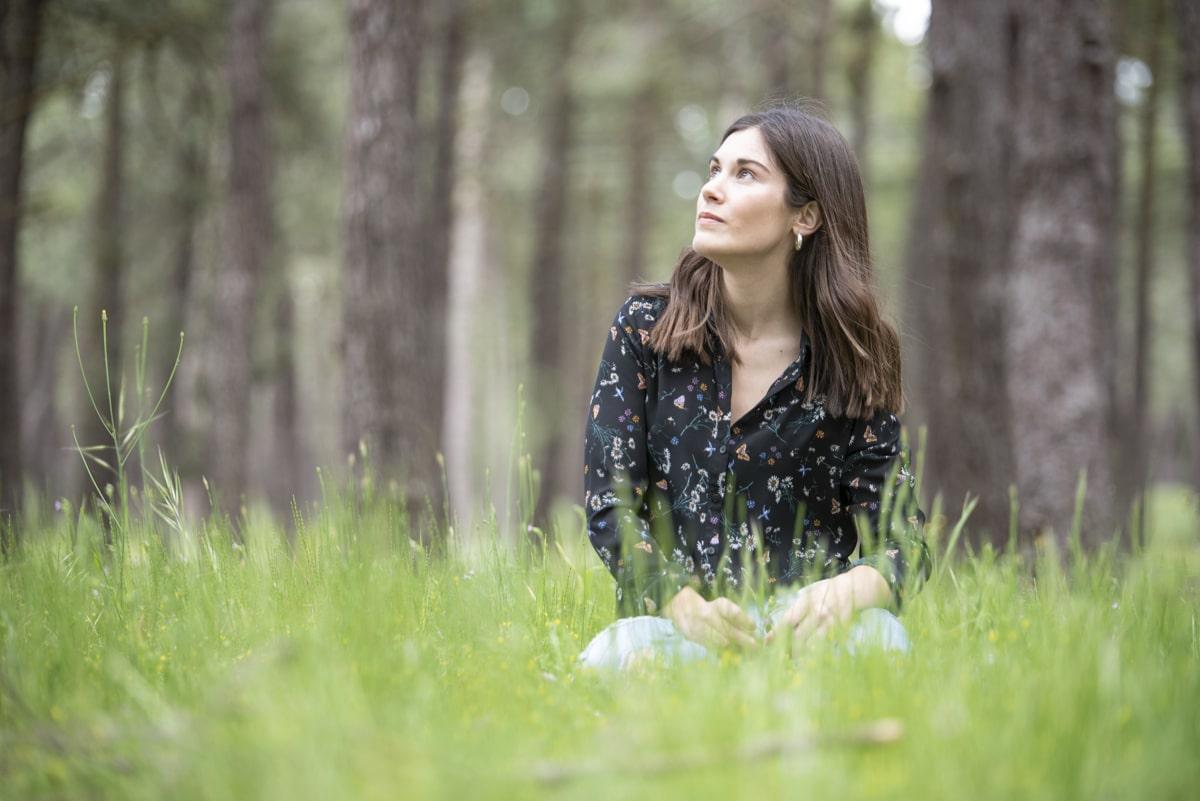 Laura sentada en bosque Castilla y León Cantalejo
