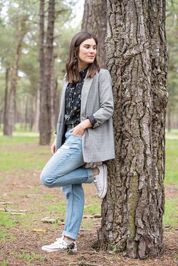 Laura apoyada en árbol en bosque Cantalejo Segovia