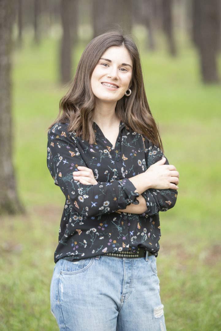 Laura sonriendo mirando a cámara en bosque Castilla y León