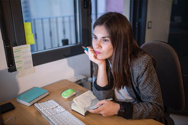 Laura trabajando gestión de redes sociales para negocios rurales despacho Cantalejo Segovia